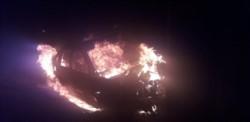 Puerto Madryn: vehículo Volkswagen Polo en llamas.