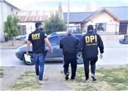 Ale detenido, acompañado por dos efectivos de la DPI Esquel.