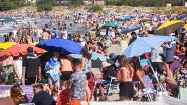 Desde temprano y durante toda la jornada, familias completas, grupos de amigos,  hombres y mujeres de distintas edades disfrutaron del espectacular clima en la costa madrynense.
