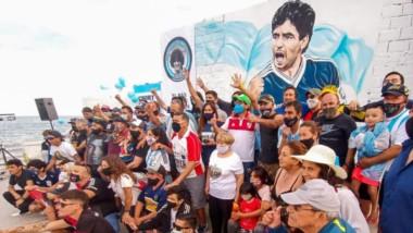 Así luce este mural en homenaje a Diego Armando Maradona en Puerto Madryn, que fue descubierto ayer.