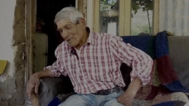 El abuelo Pedro Cheuquepil  vive aislado de la comunicación, sin teléfono, debido a la falta de electricidad.