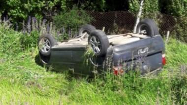 El vehículo VW Gol mordió la banquina y  volcó sobre la calzada.
