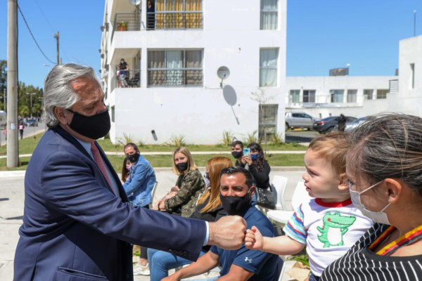 El mandatario durante un acto reciente de entrega de viviendas, con los beneficiarios.