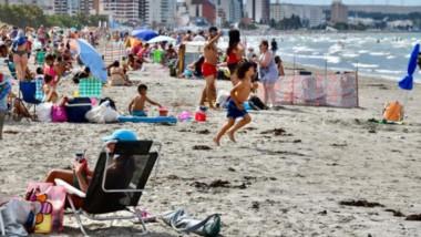"""Playa Unión colmada de gente que le hace """"pito catalán""""a la pandemia y se instala en la costa hasta que baja la temperatura y la brisa  fresca de la costa hace que todos regresen a casa."""