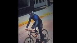 El presunto sospechoso se movilizaba con una bicicleta, lentes, y un cuellito que recubría casi la mitad de su rostro.