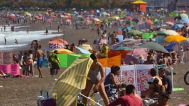 Desde temprano la gente se acercó a  las costas de Playa Unión para disfrutar un día  más pleno de calor e ideal para estar a orillas del mar.