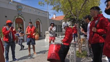 Protesta. Los guardavidas en conflicto estuvieron en la puerta de la Municipalidad para su fuerte reclamo.