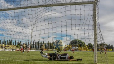 """""""Coco"""" Giménez cambia penal por gol para que Madryn sume de arranque tres puntos muy importantes."""