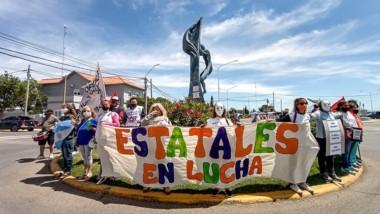 Trabajores del estado de Puerto Madryn salieron a calle a reclamar.