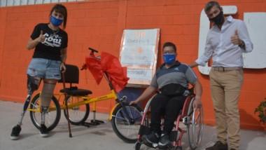 Alexis Walker ,con su bicicleta adaptada, juntoa Liliana Méndez y Darío D´Amico, presidente de Electrocity.