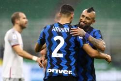 Hakimi marcó dos tantos, y recibe las felicitaciones de Arturo Vidal.