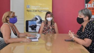 Mónica Montes Roberts, Miriam Vázquez y  Silvia Pecci, dialogan durante la reunión .