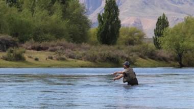 el río Chubut es uno de los atractivos para los pescadores.