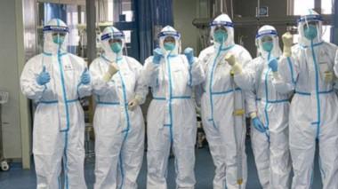 Científicos y médicos chinos trabajan en la contención del brote