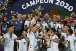Más allá de haber caído ante Brasil por 3-0, Argentina levanta el trofeo de campeón que le da el pasaporte a los Juegos Olímpicos de Tokio 2020.