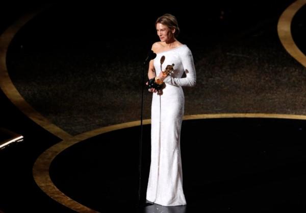 Renée Zellweger dedica su Oscars a mejor actriz a Judy Garland.