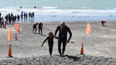 Más de 60 nadadores se hicieron presentes en la costanera local, para presenciar la travesía de Natación.