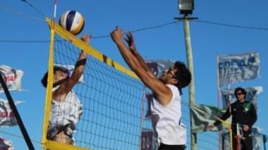"""En el balneario """"El Condor"""" de Viedma, se jugó la última fecha del torneo de Beach Voley. Hubo más de 130 inscriptos y una gran cantidad de público."""