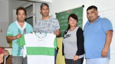 Ayer, la municipalidad de Trelew, a través del  Área de discapacidad, entregó camisetas a la Agrupación de Sordos Chubutenses.