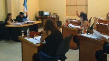 Votación. Una postal del parlamento valletano en el momento de optar por la derogación de la ordenanza.