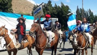 Fiesta Popular. El tradicional desfile de tropillas que se desarrolló en la localidad de Gobernador Costa.