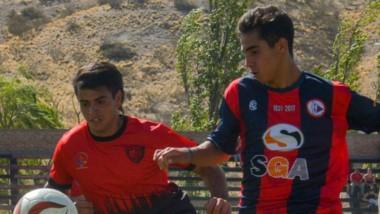 El  goleador de USMA , Arrieta , es perseguido por el  defensor  del conjunto  gaimense, Facundo Jorge.