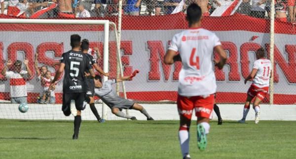 Gissi, la figura del partido, marca cruzado ante la salida de Taborda.