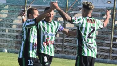 El uruguayo Pellejero festeja la victoria con los dos goleadores: Cano y Bataller.