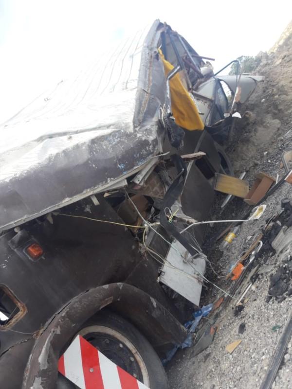 El vehículo sufrió severos daños tras el vuelco (foto @juan79987969)