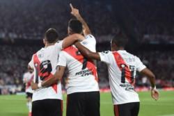 Los abrazos para Suárez. River lleva cinco penales errados de ocho que ha tenido en esta Superliga.