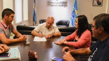 Rúbrica. El jefe comunal firma el inicio de obra para el SUM del Centro Laurita Vicuña en la ciudad.