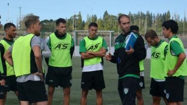 Walter Dencor le da instrucciones al equipo  titular ayer en el CeDetre. No habrá cambios tras el 2-0 ante CAI.