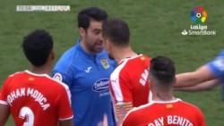 Lo echan con roja directa, el VAR se la quita y lo deja en amarilla, vuelve al campo y al entrar encara a un jugador del Girona y ambos afuera.