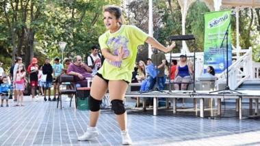 En la Plaza Independencia de Trelew comenzó el Ciclo de Exposición de Arte Urbano. Organiza Juventud.