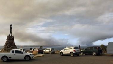 El incendio se reactivó ayer a la tarde por los fuertes vientos. Hay Bomberos de toda la región trabajando.