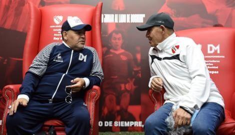"""El Diego y el Bocha, juntos en la cancha del Rojo. """"Basta de Libertadores, este estadio se tiene que llamar Enrique Bochini"""", tiró Maradona."""