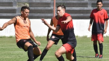 """Juan Pablo Lorenzo, lucha la pelota frente a Denis Fernandez,  mediocampista """"Rojinegro"""".  Se vivió una tarde de futbol y mucho calor en la Villa."""