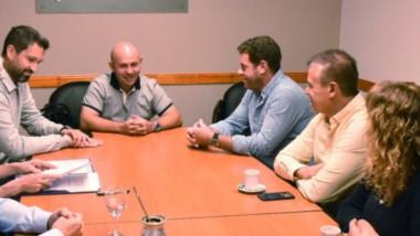Encuentro. El jefe comunal con los referentes de la empresa que buscarán posicionar a la ciudad del Golfo.