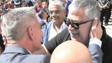 Saludo. El gobernador Arcioni y su encuentro con el líder lucifuercista, González, durante el acto en el sur.