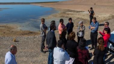 Comitiva. El intendente Biss junto con los técnicos supervisaron el funcionamiento del sistema para tratar y reconvertir el agua para su reuso.