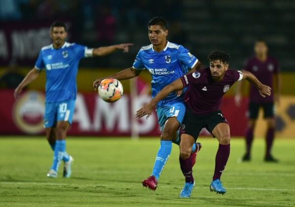 Pese a perder 2-0, con dos 2 penales en contra -Rossi atajó uno-, Lanús eliminó a Universidad Católica.