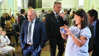 Sonrisas. Una postal del gobernador y de su vice en una recorrida por la Escuela del Dique donde empezó oficialmente el ciclo lectivo 2020.