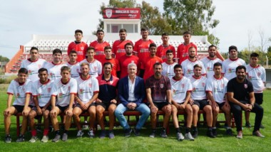 Tomás Maza, posa junto al plantel superior de Primera División, bajo la conducción técnica, del  experimentado ex jugador, Gustavo Caamaño.