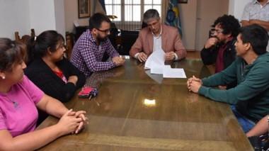 Rúbrica. El intendente Sergio Ongarato firma el acuerdo con el Sindicato de los municipales en Esquel.