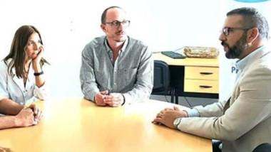 El presidente de la Cooperativa Eléctrica junto a las autoridades del Hospital Regional de Trelew.