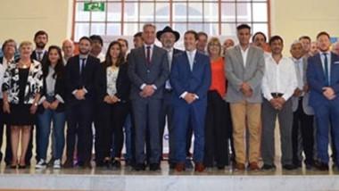 Arcioni con intendentes y dirigentes políticos, el domingo pasado en el aniversario de Comodoro.