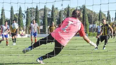 """De penal, Fabio """"Coco"""" Giménez sentencia a Carlos Biasoti  y convierte el único gol de la jornada de ayer en el Abel Sastre."""