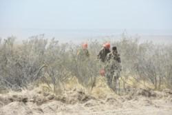 Tres bomberos saliendo de la zona del siniestro. (Foto: Juan José De Focatiis / Jornada)