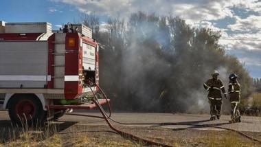 Llamas. El fuego afectó las dos márgenes de la ruta y consumió pastizales a metros de una escuela primaria.