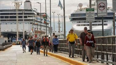 Los cruceristas fueron atendidos por agencias locales para recorrer los atractivos naturales de la zona.
